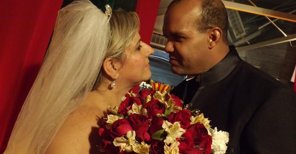 """Em 7 de setembro de 2011, na cidade de Duque de Caxias (RJ), foi a vez dos noivos Agostinha Suenir Barbosa de Azevedo e Paulo Cesar Sardinha subirem ao altar, depois de 13 anos juntos. """"Foi um dia maravilhoso e inesquecível, que acabou em samba na quadra da escola Beija-Flor de Nilópolis"""", relatam os noivos."""