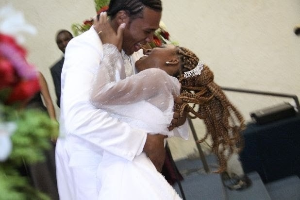 """O casamento de Alysson e Marília foi bem surpreendente para o noivo: """"Ela entrou cantando para mim, e ela canta muito!"""". A cerimônia aconteceu no dia 29 de janeiro de 2011."""
