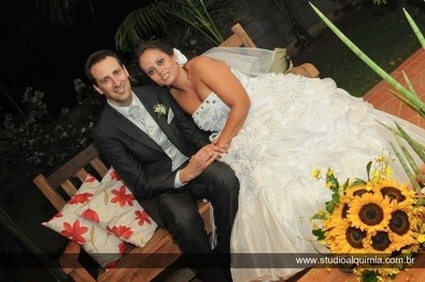 """O casamento de Débora e José Santos ocorreu em Americana (SP), no dia 24 de março de 2012. """"Nos conhecemos pela internet, eu brasileira e ele português. Depois de um ano e meio de namoro nos casamos, um momento especial em nossas vidas"""", relata Débora."""