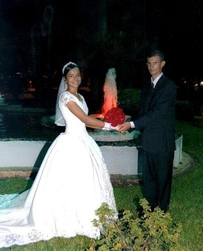 """O casamento de Magnoel Rodrigues e Bruna Vieira foi em Flórida Paulista (SP), no dia 19 de dezembro de 2009. """"Foi o dia mais especial de nossas vidas, com apenas dois anos de namoro, mesmo sendo novos, não nos arrependemos de nossa decisão, pois graças a Deus fomos feitos um para o outro"""", relata o noivo."""