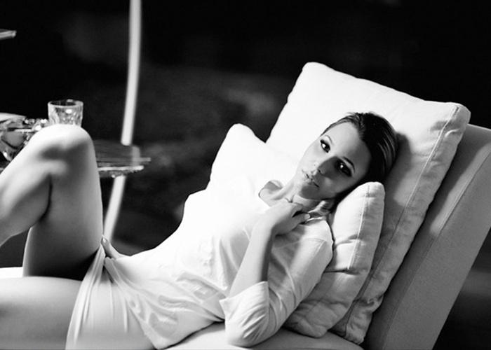 16.mai.2013 - A ex-BBB Marien, que participou da 13ª edição do reality show, quer fazer sucesso após o fim do programa e está de mudança para o Rio de Janeiro, onde tentará seguir a carreira de atriz. E, para divulgar que está de volta ao mundo do entretenimento, a loira protagonizou um ensaio sensual e divulgou as fotos à imprensa, marcando sua nova fase.