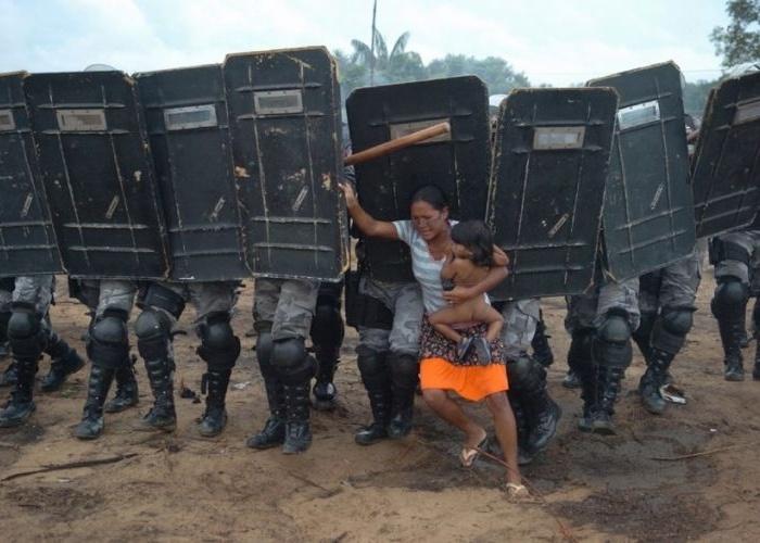 Resultado de imagem para MULHERES ENFRENTANDO A POLICIA em despejo