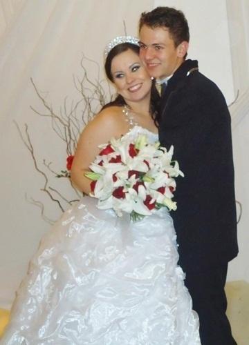 """Eduardo Veturazi e Tábata Vieira Veturazi se casaram em Farroupilha (RS), no dia 15 de setembro de 2012. """"Depois de um longo tempo separados, não aguentamos a distância, e em um ano nosso sonho se tornou realidade!"""", comemorou Tábata."""