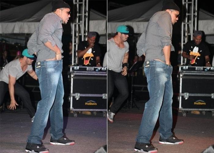 """19.mai.2013 - O cantor Naldo não escapou dos cliques dos fotógrafos ao dar aquela """"ajeitada"""" durante show no Rio de Janeiro"""