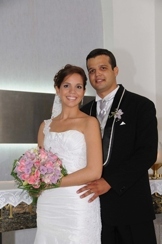 """Gilberto Paixão e Samantha Paixão se casaram em Recife (PE), no dia 8 de maio de 2010. """"O namoro de escola acabou em um casamento lindo"""", diz a noiva."""