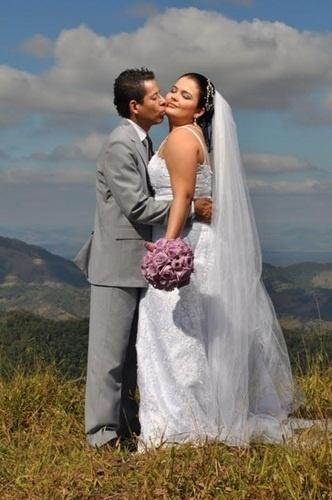 """Márcio Jr. Ferreira Amaral e Hellen Melo em Ipatinga (MG), no dia 17 de julho de 2010. """"Depois de ele ter me pedido em casamento no dia que começamos a namorar não poderia terminar diferente"""", dia a noiva."""