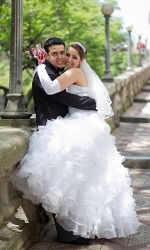 """""""O dia mais feliz de nossas vidas"""", lembra a noiva Greice sobre o casamento com Juliano de Vargas Morais em Gravataí (RS), no dia 26 de novembro de 2011."""