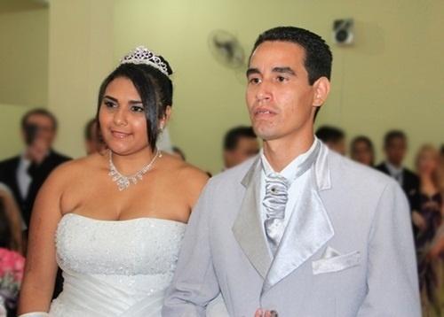 """Odair Balduino Junior e Michele Paixão em Peruíbe (SP), no dia 16 de fevereiro de 2013. """"Nossa vitória teve sabor de mel. O que Deus abençoa, ninguém amaldiçoa"""", conta a noiva."""