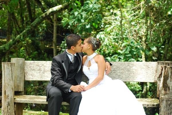 """Taciane e William Souza em Lavras (MG), no dia 20 de setembro de 2010. """"Eu e minha esposa em nosso momento mágico do casamento"""", diz a noiva."""
