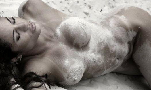 Com um corpo escultural, a modelo posa para a revista masculina
