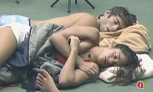 Maria e Mauricio dormem juntos, após beijo em festa (13/1/11).