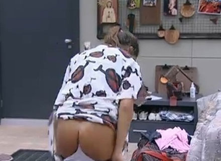 Maria, do BBB 11, era adepta do hábito de passar um tempo sem calcinha. Wesley chegou a comentar que a atriz dormia sem a peça, deixando-a sem graça. Na foto, Maria se descuida e mostra o bumbum durante troca de roupa (23/1/11).