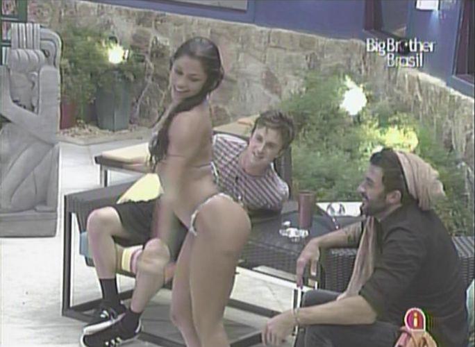 Maria faz dança sensual para Cristiano à beira da piscina (1/2/11).