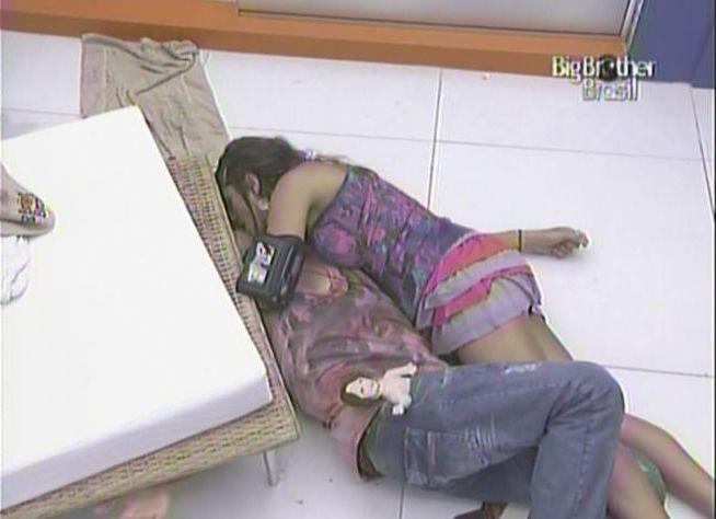 Maria tenta agarrar Mauricio, que pede por ajuda e tenta se livrar do abraço (13/2/11).