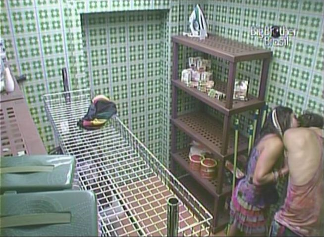Maria encurrala Mauricio na despensa e tenta forçá-lo a beijá-la (13/2/11).