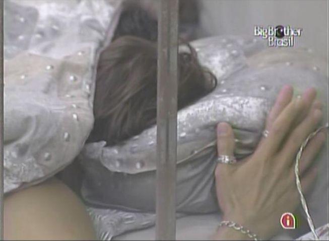Mauricio tenta fugir de Maria e cruza as mãos (28/2/11).