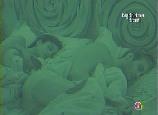 Após se beijaram na festa chilli beans, Maria e Wesley dormem juntos (13/3/11).