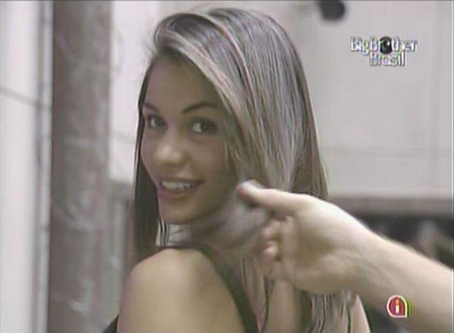 Daniel analisa cabelos de Maria e diz que as cabeleireiras arrasaram (18/3/11).