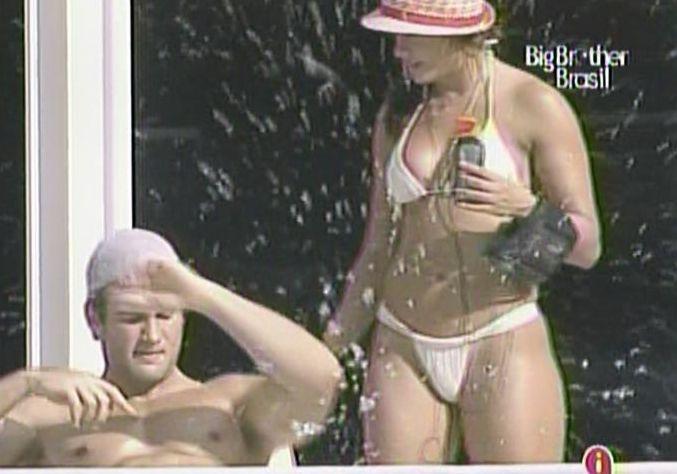 Maria e Wesley aproveitam tarde de sol juntos na piscina (14/3/11).