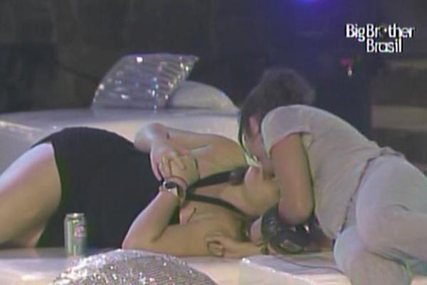 Paula ganha selinho de Maria na festa sertanejo universitário (17/3/11).