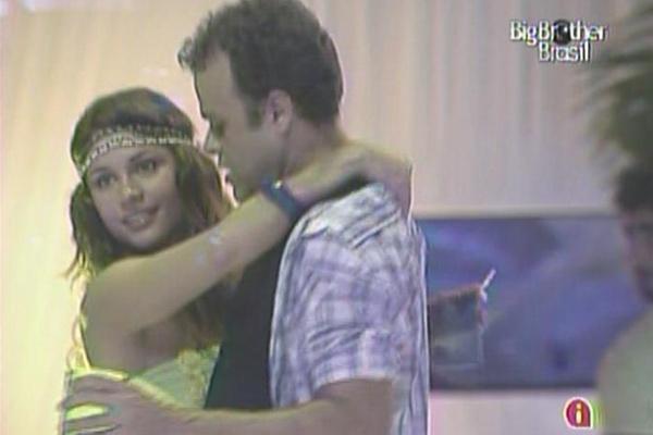 Daniel e Maria dançam forró juntinhos (16/3/11).