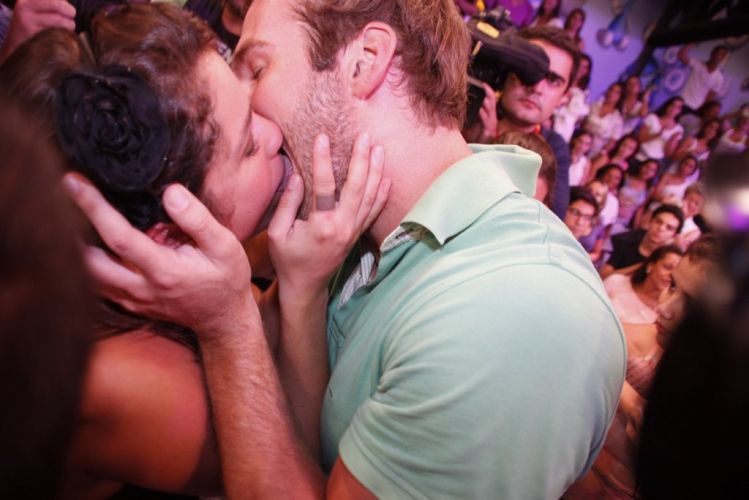 Maria e Wesley dão beijo apaixonado ainda no palco do programa (29/3/11). O casal vai assumir o namoro e já tive sua primeira noite de amor.