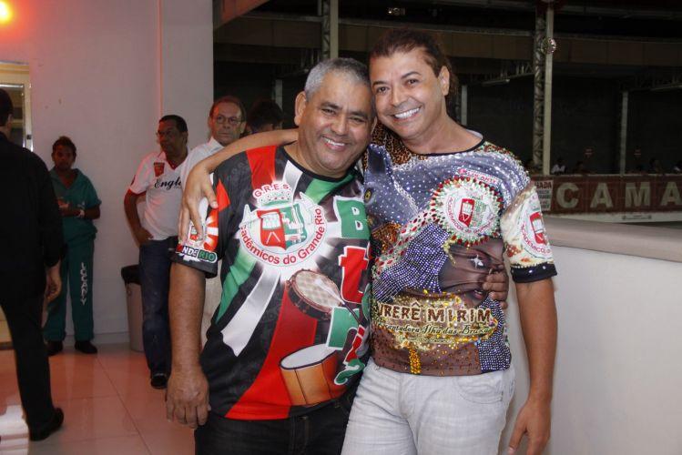 O promoter David Brazil abraça Jaider Soares, presidente da Grande Rio, durante o ensaio técnico na quadra da escola, em Duque de Caxias (8/2/11).