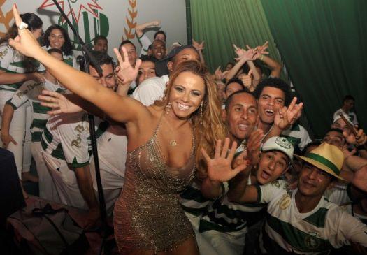 Ao lado da bateria da Mancha Verde, a modelo e rainha de bateria Viviane Araújo se diverte na festa de aniversário de 10 anos da instituição, em São Paulo (16/10/10)