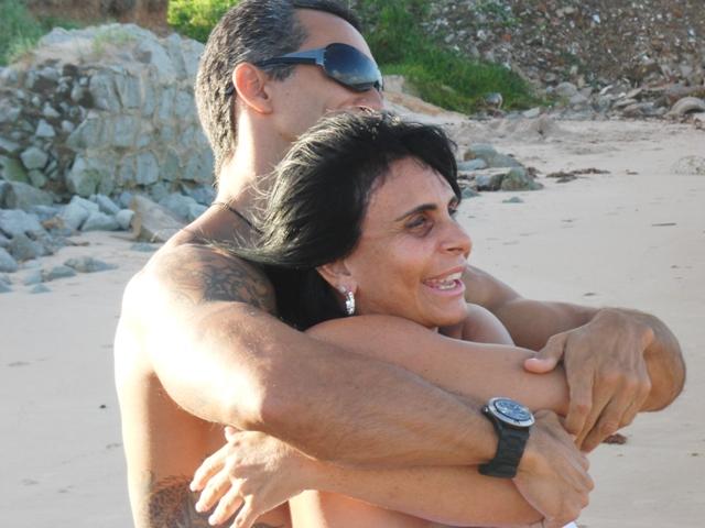 Gretchen curte a Praia do Bessa, em João Pessoa (PB), com seu personal trainer, Alexandre Mangueira. Os dois tomaram se exercitaram juntos e depois tomaram banho de mar. A cantora afirmou a um programa de TV local que eles são apenas bons amigos (26/5/11). Reveja o sexto casamento de Gretchen, que terminou em menos de quatro meses.