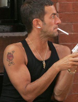 O estilista queridinho dos modernetes, Marc Jacobs tem um M&M vermelho no braço