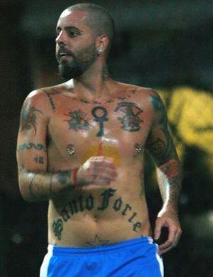Tico Santa Cruz, dos Detonautas, que está cada dia mais tatuado