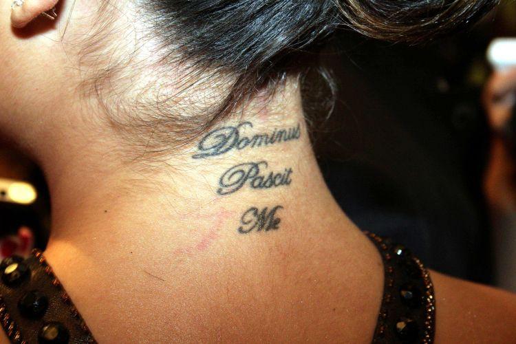 Em 2007, a atriz Ísis Valverde tatuou na nuca a frase