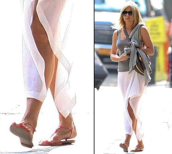 A atriz Jennifer Aniston exibe a tatuagem que fez no seu pé direito. Ela escreveu