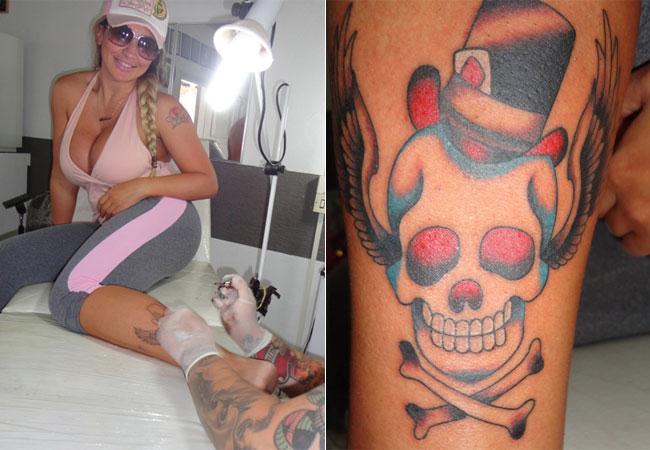 A modelo Sabrina Boing Boing, conhecida pelos seios avantajados, voltou das férias em Cancún e resolveu fazer uma tatuagem de caveira na perna (janeiro/2012). A loira já acumula mais de 15 tatuagens