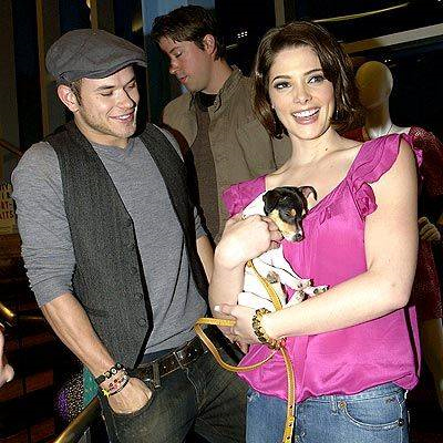 Kellan Lutz e Ashley Greene, com seu cachorrinho