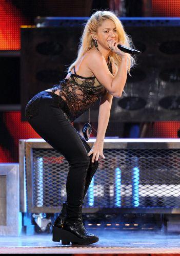 Eleita personalidade do ano de 2011 pela premiação, Shakira canta na 12º edição do Grammy Latino (11/11/11) .