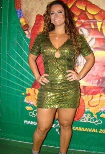 Viviane Araújo posa para foto no aniversário de 11 anos da escola de samba Mancha Verde, em São Paulo (22/10/11)