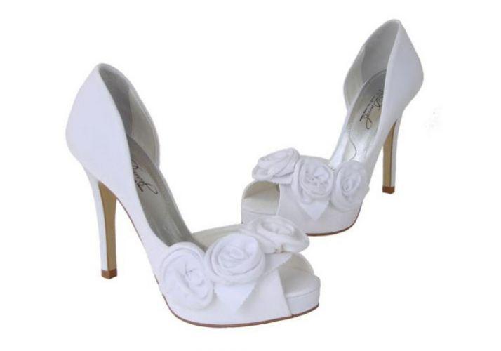 6e91cd3a0 Peep toe com flores em cetim velvet branco, com plataforma embutida: R$  349,95, na Durval Calçados (Tel.: 11 5041-6228) Divulgação Mais