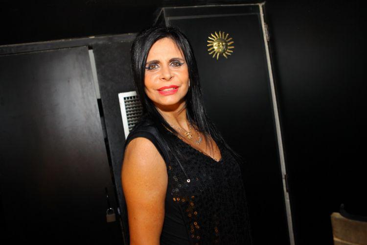A dançarina Gretchen usa cabelo e maquiagem inspirados em Amy Winehouse em show no Rio para lançamento da coletânea de sucessos