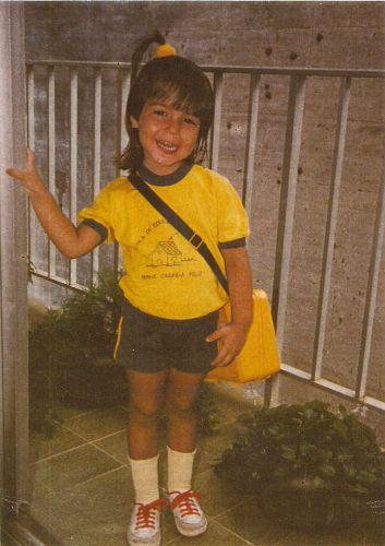 Thaís Fersoza nasceu no Rio de Janeiro, em 13 de março de 1984. Na foto, ela aparece vestindo o uniforme de sua escola, ainda muito criança.