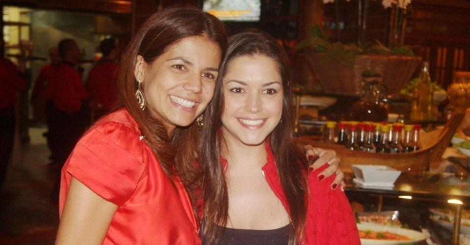 Nívea Stelmann comemora aniversário de 36 anos com a amiga Thaís Fersoza em restaurante no Rio de Janeiro (06/04/10).