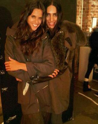 Izabel Goulart (esq.) divulga foto dos bastidores da campanha da Givenchy ao lado de Lea T. (jan.2011).