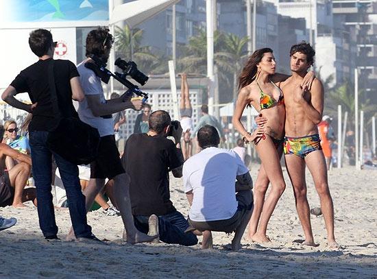 A modelo transexual Lea T. fotografou de biquíni e maiô para a grife de moda praia Blue Man. O cenário foi o Posto 9, em Ipanema. O fotógrafo responsável pelas imagens foi Terry Richardson, superconceituado no mundo da moda, que tem um livro dedicado ao Rio. A filha do ex-jogador Toninho Cerezo colocou 300 ml de silicone em cada seio (30/5/11).