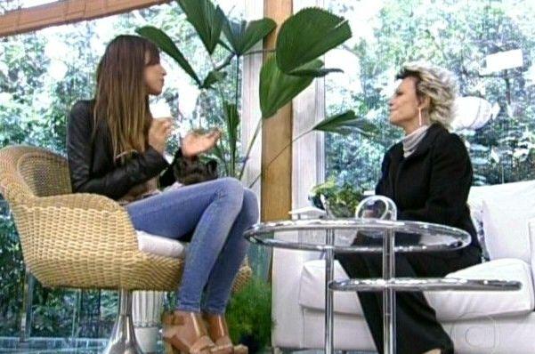 Modelo Lea T. conversa com Ana Maria Braga no