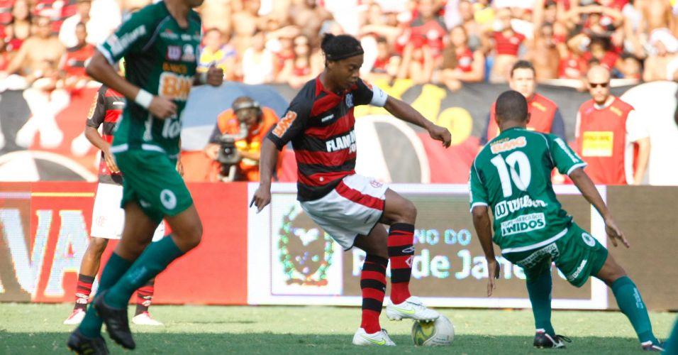 Ronaldinho Gaúcho domina a bola durante a final da Taça Guanabara contra o Boavista