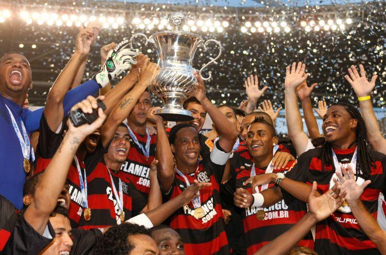 Ronaldinho, cercado pelos companheiros, ergue a Taça Guanabara, seu primeiro trofeu desde a chegada ao Flamengo, no começo do ano.