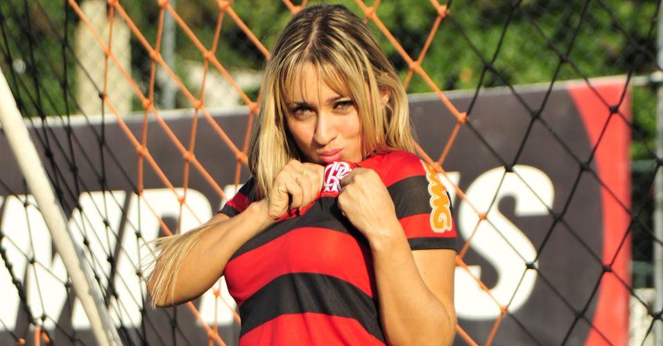 Gata Cris Lopes beija a camisa do Flamengo.