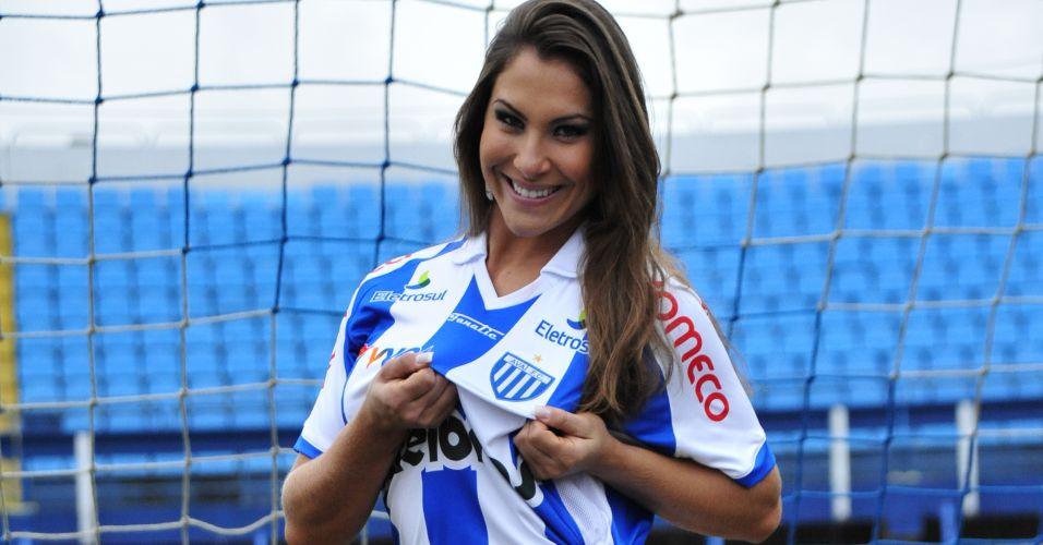 Gata do Avaí, Jamile Moreira mostra a camisa do clube.