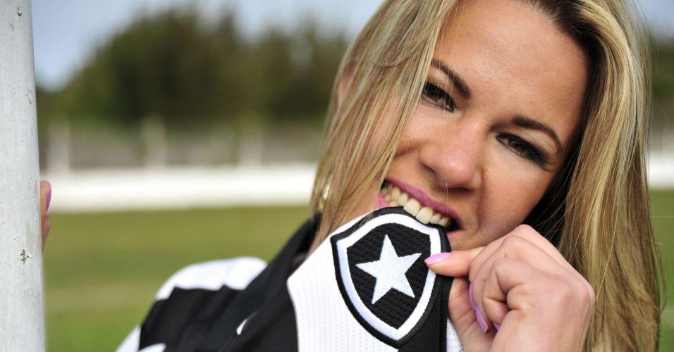 Botafoguense Alessandra Cardoso morde a estrela solitária.