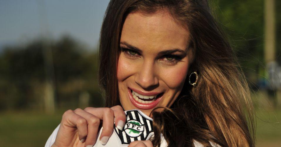 Gata do Figueirense, Joice Soares mostra a camisa do time.